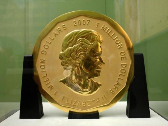 <p>Aus dem Bode-Museum auf der Museumsinsel stehlen Einbrecher im März 2017 eine 100 Kilogramm schwere Goldmünze im Wert von 3,75 Millionen Euro. Seit Januar 2019 stehen mehrere Männer vor Gericht. Die Polizei nimmt an, dass die Münze eingeschmolzen wurde.</p>