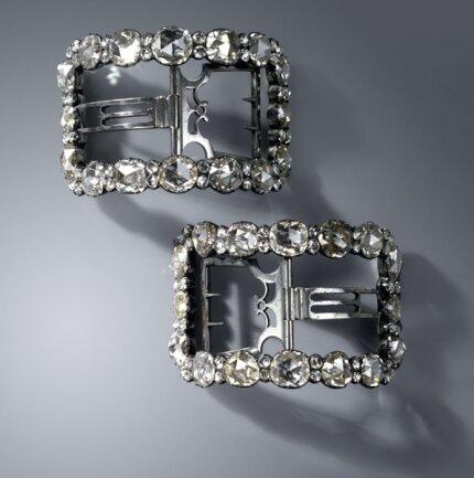 <p>Zwei gewölbte Schuhschnallen aus der Diamantrosengarnitur Werkstatt Christian August Globigs, Dresden 1782-178</p>
