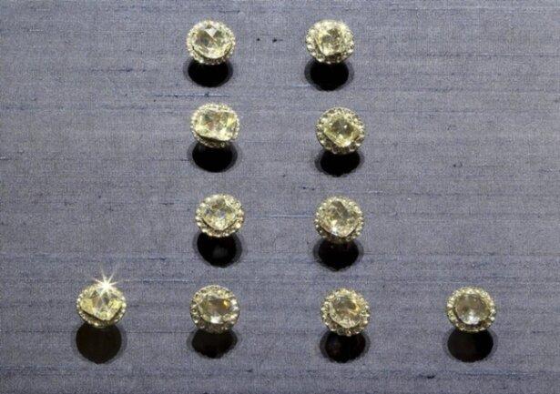 <p>10 Rockknöpfe aus der Diamantrosengarnitur (einzelne erhalten) Jean Jacques Pallard, Genf 1753</p>