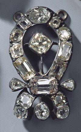 <p>Teilstück eines Muffhakens (Diamantschmuck und die Perlen der Königinnen) Werkstatt Jean Jacques Pallards, Genf/Wien 1746 und 1749</p>