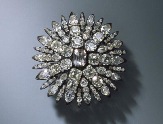 <p>Aigrette für das Haar in Form einer Sonne (Der Diamantschmuck und die Perlen der Königinnen) August Gotthelf Globig, Dresden, 1782-1807, 127 Brillanten, Silber</p>