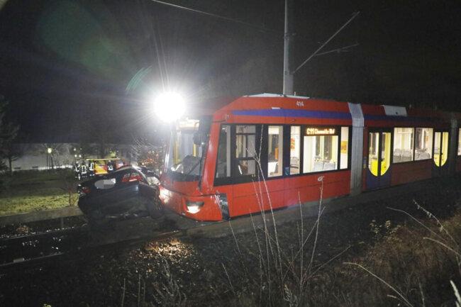 <p>Die Polizei bestätigte den Unfall, konnte aber noch keine Angaben zum Hergang und zu möglichen Verletzten machen.</p>