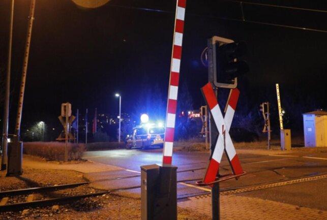 <p>Augenzeugen zufolge wollte der Fahrer offenbar eine geschlossene Schranke umfahren und wurde von der Bahn etliche Meter mitgeschleift.</p>