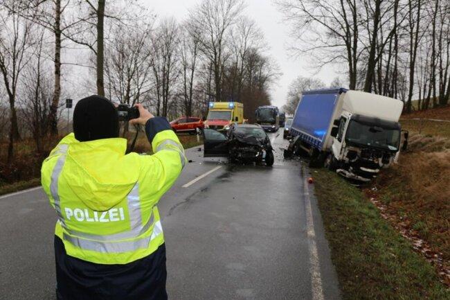 <p>Der Lkw-Fahrer blieb nach ersten Erkenntnissen unverletzt.</p>
