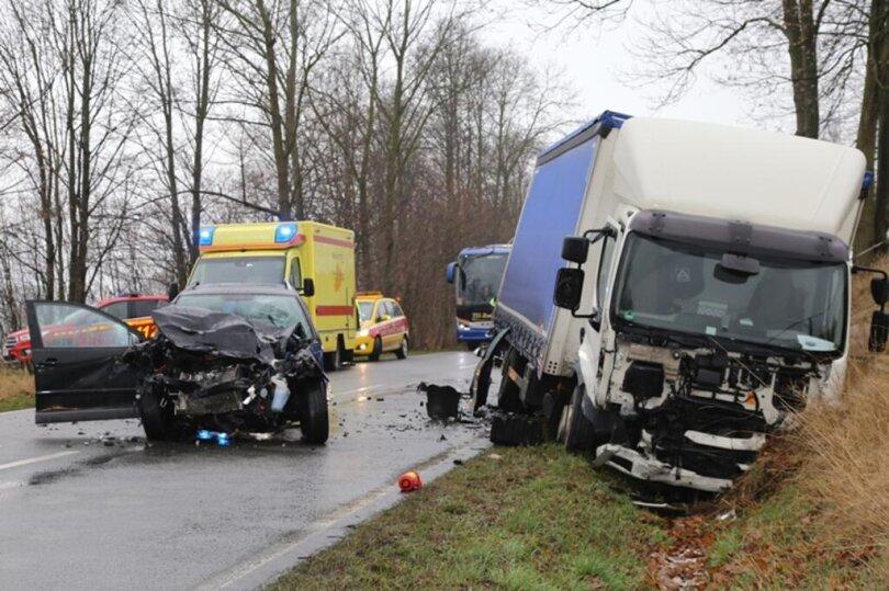 <p>Der Pkw war nach ersten Informationen an der Hartensteiner Straße (S283) frontal mit einem Laster zusammengestoßen.</p>