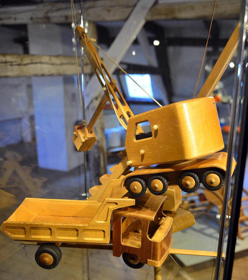 <p>Spielzeug aus Holz für die Kinderbaustelle wäre heute wieder sehr begehrt. Aber auch zu DDR-Zeiten überwog Plaste in den Regalen.</p>