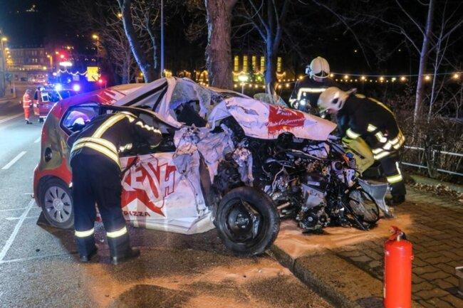<p>Dabei krachte das Auto gegen den VW eines Pizzadienstes, in der weiteren Folge gegen einen Baum und einen dritten VW.</p>