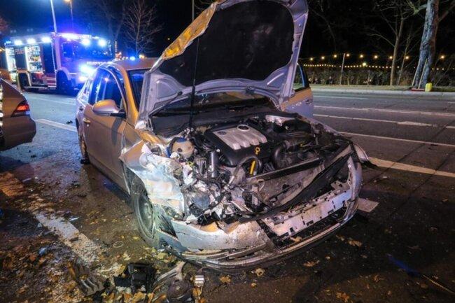 <p>Zudem klemmten die Feuerwehrleute die Batterien der Fahrzeuge ab, kümmerten sich um auslaufende Betriebsmittel und sicherten die gesamte Unfallstelle.</p>