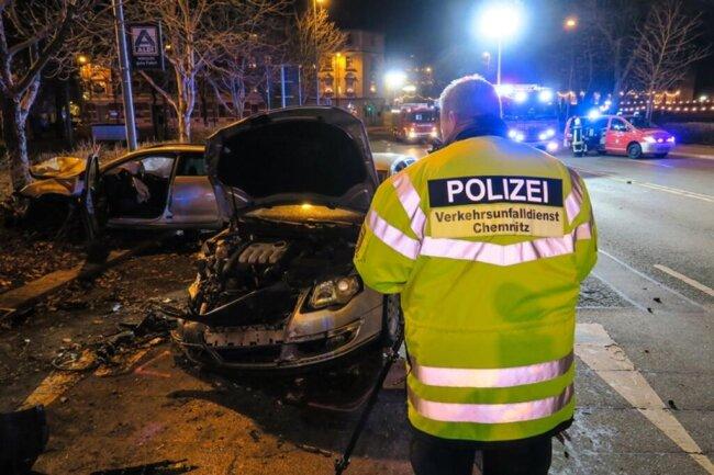<p>Im Einsatz waren 23 Einsatzkräfte der Feuerwehr, mehrere Rettungswagen, die Polizei und der Verkehrsunfalldienst.</p>