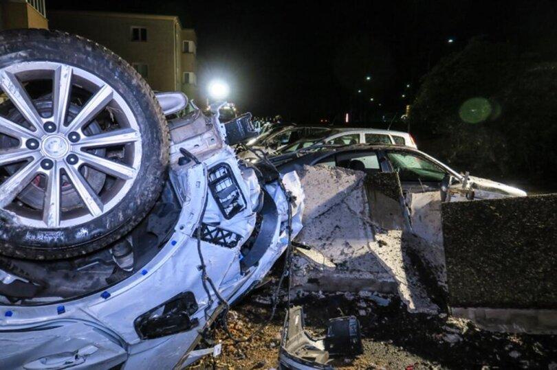 <p>Ersten Angaben zufolge war ein 20-Jähriger gegen 2.45 Uhr mit seinem Audi in einer Kurve von der die Straße der Einheit (B 101) abgekommen.</p>