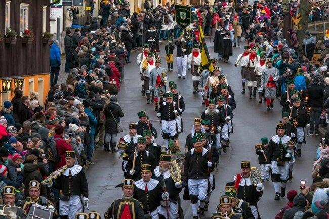 <p>400 Trachtenträger nahmen an der Parade teil.</p>