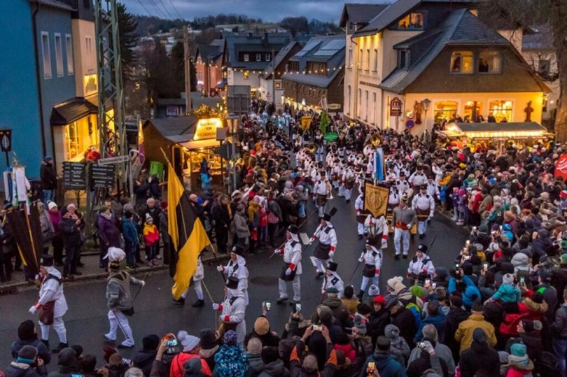 <p>Dort säumten zur großen Bergparade am Nachmittag tausende Menschen die Straßenränder.</p>
