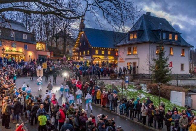 <p>Die Bergparade führte auf einer Strecke von rund 2,8 Kilometern vom Haus des Gastes bis in den Seiffner Grund, von dort zum Rathausplatz.</p>