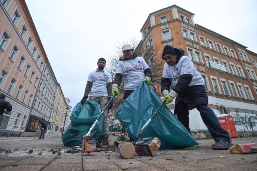 <p>2. Januar: 25 Mitglieder der Chemnitzer Ahmadiyya-Muslim-Gemeinde nahmen den Besen in die Hand um zu putzen. Gemeinsam mit Mitarbeitern des Abfallentsorgungs- und Stadtreinigungsbetriebs (ASR) befreiten sie den Brühl von Böller-Müll. Die Hilfe beim Reinigen sei ein Zeichen der Dankbarkeit.</p>