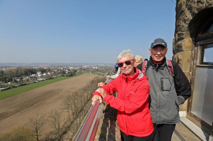 <p>6. April: Vielleicht sieht der Landkreis Zwickau von nirgendwo anders schöner aus: Der Glauchauer Bismarckturm ist wiedereröffnet. Nahezu tausend Besucher sind bei diesem Ereignis dabei, zwei davon sind Rita und Joachim Graf aus Zwickau. Doch nach wie vor gibt es am Glauchauer Wahrzeichen viel zu tun, weitere Sperrungen folgen. Vor mehr als fünf Jahren hatte die Stadt Glauchau den Turm geschlossen, weil ein Verblendstein von der Empore herabgestürzt war.&nbsp;</p>