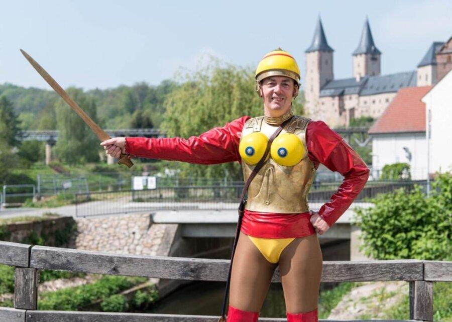 <p>4. Mai: Als Amazonenkrieger ist er eine Berühmtheit. Immer wieder taucht Stefan Jaroschinski im schrillen Itrusker-Kostüm mit rotem Latex-Oberteil und hochhackigen Lackstiefeln auf, lässt sich fotografieren und verschwindet wieder. Der Frankenberger stellt sich gerne zur Schau – und das bundesweit. Im Mai erfuhren nun die Leserinnen und Leser: Europaweit gefragt ist er aber wegen einer ganz anderen Seite an ihm. Denn Jaroschinski, der in Frankenberg wohnt, fertigt in seiner Flöhaer Firma archäologische Nachbauten. Kunden sind Museumsexperten auf dem gesamten Kontinent.</p>