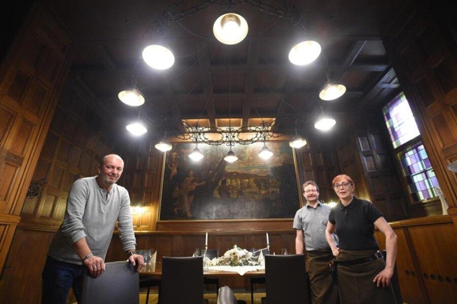 """<p>1. Juni: Inhaber Dirk Gust (vorn) schloss zunächst traurig den """"Ratskeller"""". Aus Brandschutzgründen war das traditionelle Restaurant sanierungsbedürftig geworden. Gust entschied sich für einen anderen Standort für sein gutbürgerliches Lokal. Er eröffnete später im Jahr die neuen Ratsstuben am Johannisplatz.</p>"""