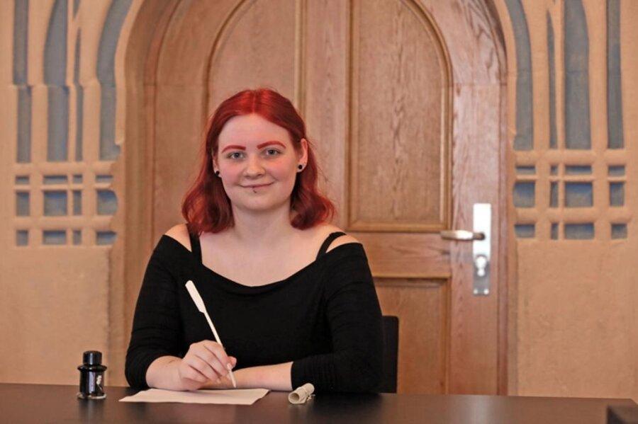 <p>1. Juli: Cora Herzog tritt in die Fußstapfen des bedeutenden Zwickauer Stadtschreibers Stephan Roth (1492-1546). Die 1993 in Lichtenstein geborene Studentin hat das neu geschaffene Amt der Stadtschreiberin bis zum Jahresende übernommen – dafür gibt es ein Stipendium.</p>