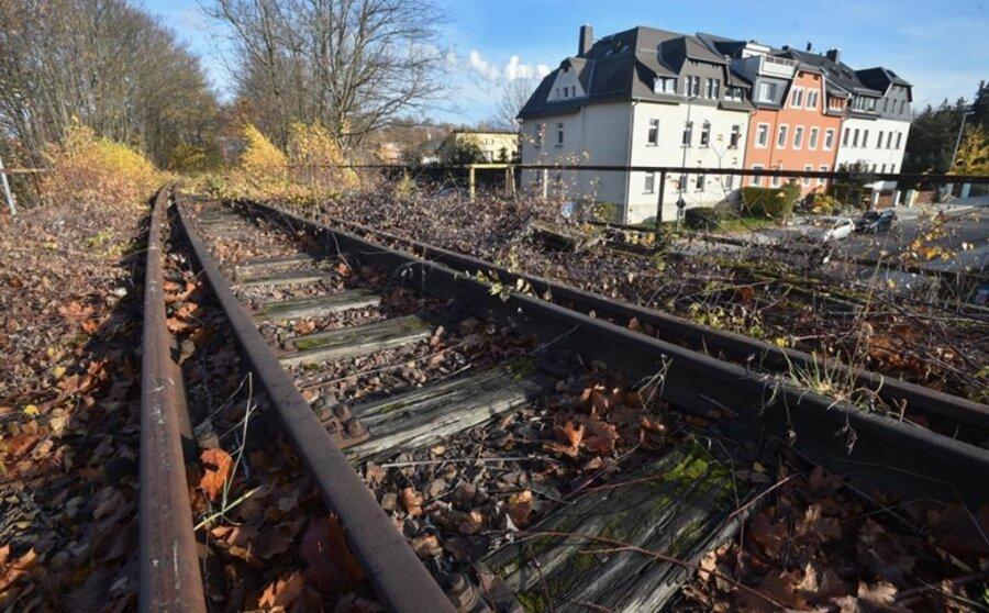 <p>2. Dezember: Wo einst Züge unterwegs waren, sollen künftig Radfahrer auf schnellem Weg in die Chemnitzer Innenstadt kommen. Die Stadt meldete, eine mehr als 13 Kilometer lange stillgelegte Trasse von der Deutschen Bahn erworben zu haben. Sie reicht von Wüstenbrand bis zum Küchwald.&nbsp;</p>