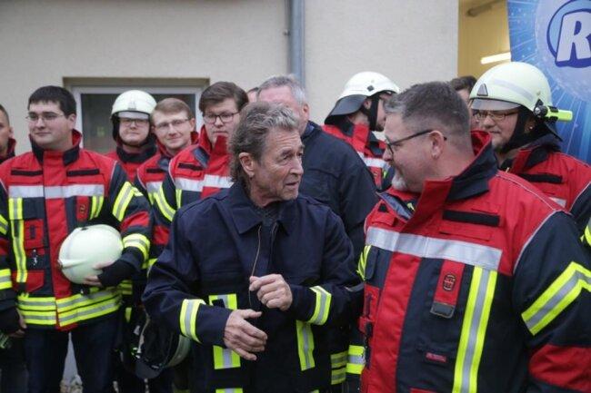 <p>Die Uniform, in die der 1,69 Meter große Musiker auf eigenen Wunsch schlüpfte, war die kleinste Nummer, die die Feuerwehrleute auftreiben konnten.</p>