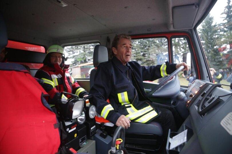 <p>Kurz vor seinem Privatkonzert für die Kameraden der Freiwilligen Feuerwehr Diethensdorf hat Rockmusiker Peter Maffay am Mittwoch mit einem Löschfahrzeug eine kleine Runde durch den Claußnitzer Ortsteil gedreht.</p>