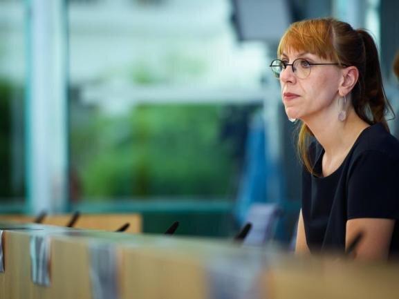 <p>Justizministerin Katja Meier (Grüne), 40 Jahre, Politologin, Ministerin-Neuling</p>  <p>Mit Katja Meier übernimmt zum ersten Mal eine Nichtjuristin das Justizministerium. Die gebürtige Zwickauerin hat aber als Landtagsabgeordnete – sie zog 2015 ins Parlament ein – als rechtspolitische Sprecherin ihrer Fraktion das Themenfeld bearbeitet. Zudem möchte Meier das Ministerium nicht nur auf die Zuständigkeit für Staatsanwälte, Gerichte und Gefängnisse reduziert wissen. Deswegen hat sie in den Koalitionsverhandlungen dafür gestritten, auch die Themenfelder Demokratie, Europa und Gleichstellung ins Ministerium zu geben. Die studierte Politikwissenschaftlerin, die in jungen Jahren in einer Punk-Band spielte, wurde ausdrücklich vom Ministerpräsidenten gelobt: Ohne ihren Einsatz sei diese Koalition nicht möglich gewesen.</p>