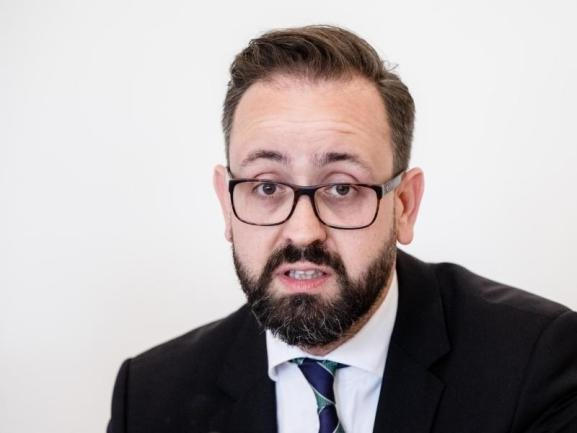 <p>Wissenschaftsminister Sebastian Gemkow (CDU), 41 Jahre alt, Jurist, Minister seit 2014</p>  <p>2014 war der damals 36-Jährige die eigentliche CDU-Überraschung im Kabinett. Daran, wie freundlich er als Justizminister agierte, hatte selbst die Opposition nichts auszusetzen. Einzig die Affäre um den Suizid eines Terrorverdächtigen in der JVA Leipzig und die von ihm unterstützte verschärfte Strafverfolgung von Bagatelldelikten sorgten für Kritik. Der Verlust der Zuständigkeit für Justiz an die Grünen katapultiert ihn nun an die Spitze des Wissenschaftsressorts. Und das, obwohl er bei der Leipziger Oberbürgermeisterwahl im Februar/März 2020 antritt. Damit wird er zunächst auf zwei Hochzeiten zugleich tanzen müssen.</p>