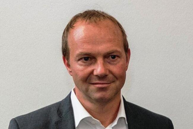 <p>Umweltminister Wolfram Günther (Grüne), 46 Jahre, Rechtsanwalt, Minister-Neuling</p>  <p>Dass Wolfram Günther das Umwelt- und Landwirtschaftsressort übernehmen sollte, stand für die Grünen seit Beginn der schwarz-grün-roten Gespräche fest – auch wenn die CDU das zunächst nicht wahrhaben wollte. Schon im Wahlkampf hatte Günther als Spitzenkandidat seiner Partei für eine neue Agrarpolitik mit einem stärkeren Fokus auf regionale Produkte geworben. Als Umweltpolitiker hatte er sich sowieso einen Ruf erarbeitet, seitdem er 2014 in den Landtag einzog. 2018 wurde er Vorsitzender der Grünen-Fraktion. Die Umweltzerstörung in der DDR habe ihn politisiert, sagt Günther. Als 15-Jähriger nahm der Leipziger an Friedensgebeten teil. In Düsseldorf absolvierte er nach dem Abitur eine Bankenlehre, studierte anschließend Jura, zudem Philosophie, Kunstwissenschaften und Kulturgeschichte.</p>