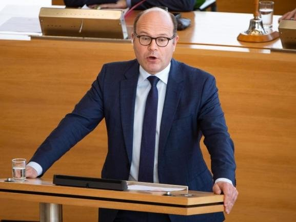 <p>Chef der Staatskanzlei (CDU) Oliver Schenk, 51 Jahre alt, Volkswirt, Minister seit 2017</p>  <p>Mit Kretschmers Aufstieg zum Ministerpräsidenten feierte der gebürtige Bayer 2017 sein Comeback in der Regierungszentrale, in der er an der Seite von Georg Milbradt schon von 2002 bis 2008 tätig war. Mit seiner Koordination der Ressorts als Staatskanzleichef waren in den vergangenen zwei Jahren jedoch nicht alle zufrieden. Mancher wünschte sich seinen Amtsvorgänger Fritz Jaeckel zurück. Dennoch hält Kretschmer weiter an seinem engen Vertrauten fest. Die Zuständigkeit für Bundesangelegenheiten und Medien hat der verheiratete Katholik behalten, die für Europa ging indes an das grüne Justizressort verloren.</p>