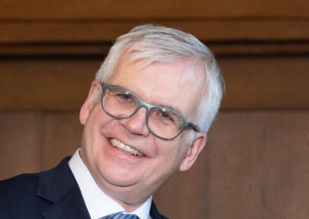 <p>Finanzminister Hartmut Vorjohann (CDU), 56 Jahre alt, Volkswirt, Minister-Neuling</p>  <p>Der gebürtige Ostwestfale ist der einzige Minister-Neuling der CDU – aber alles andere als unerfahren. Von Ende 1996 bis Mitte 2000 leitete er die Leipziger Kämmerei, von 2003 bis 2016 war er fast 14 Jahre lang in Dresden Finanzbürgermeister. Danach folgten drei Jahre als Bildungsbürgermeister, bis ihn Kretschmer nun als Ersatz für den erst 2017 angetretenen Finanzminister Matthias Haß in die Landespolitik holt. Kretschmer verglich Vorjohann am Freitag sogar mit Georg Milbradt, der, bevor er einst Finanzminister wurde, ebenfalls eine Vergangenheit als Stadtkämmerer hatte. Als Finanzfachmann und Kenner kommunaler Probleme scheint er eine CDU-Idealbesetzung zu sein – und eine schwere Nuss für Extrawünsche von SPD und Grünen.</p>