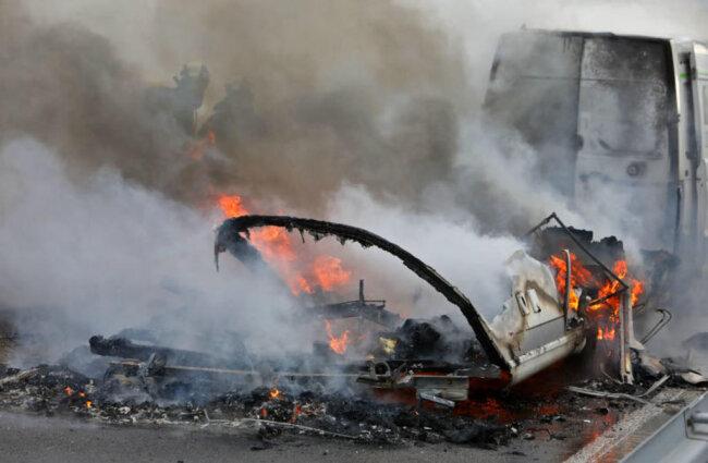 <p>Auch das Zugfahrzeug fing Feuer, größere Schäden konnten aber vermieden werden.</p>