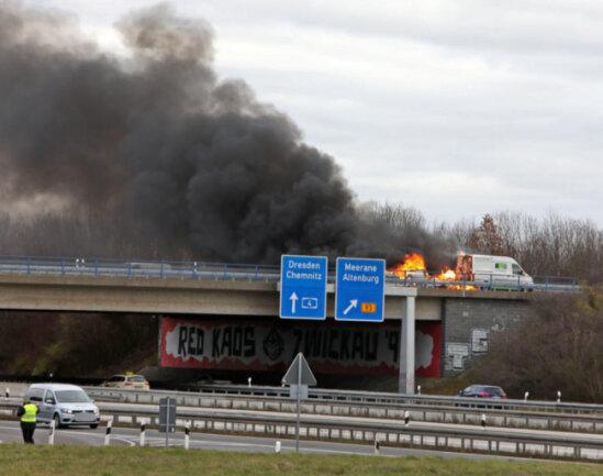 <p>Nach ersten Informationen geriet der Anhänger auf der Brücke über die A 4, in Fahrtrichtung Zwickau,&nbsp;in Brand.</p>