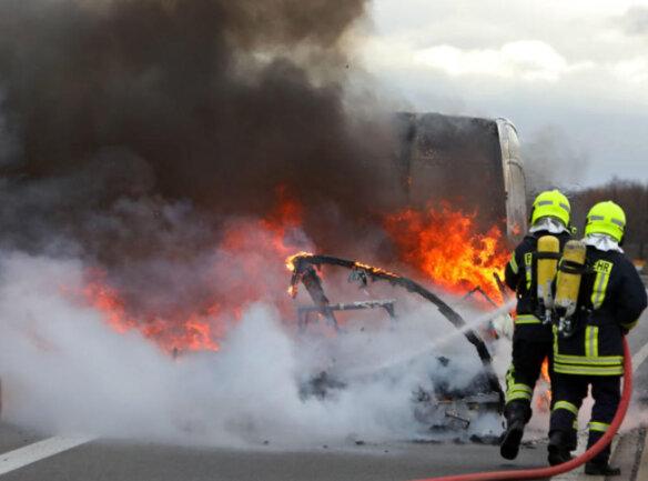 <p>Die herbeigerufenen Einsatzkräfte der Feuerwehr löschten das Feuer nach etwa 30 Minuten mithilfe von Speziallöschmittel und Schaum.</p>