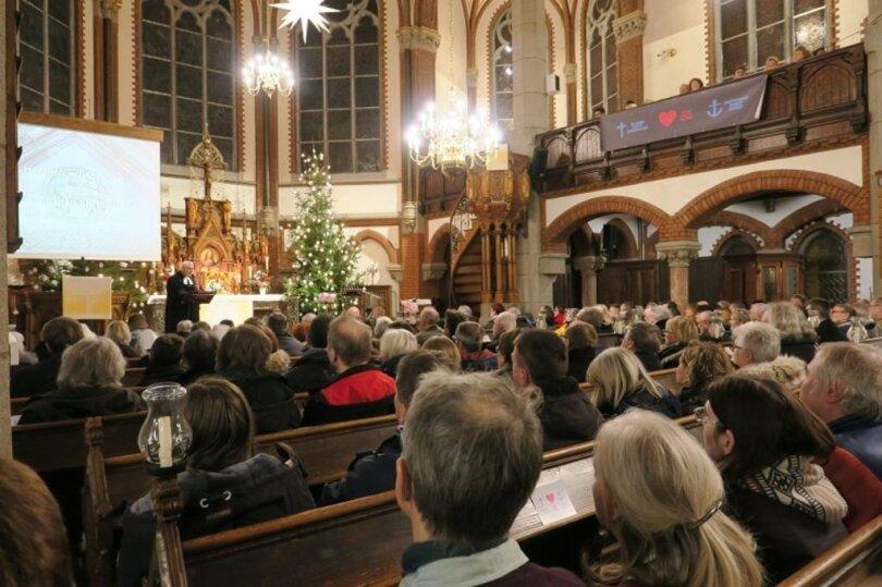 """<p>""""Die Botschaft des Friedens hat es in diesem Jahr schwer, bei uns anzukommen"""", sagte Superintendent Dieter Bankmann. """"Mit&nbsp;unseren Gebeten wollen wir dazu beitragen, dass Frieden wird und es friedlich bleibt."""" Er wünschte sich, """"dass wir Konflikte klären können"""".</p>"""