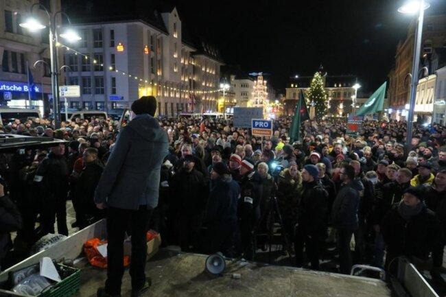 """<p>Gegen 18 Uhr versammelten sich auf dem Altmarkt in&nbsp;<a href=""""https://www.freiepresse.de/erzgebirge/ort-aue"""" title=""""Nachrichten aus Aue"""">Aue</a>&nbsp;nach Angaben der Versammlungsbehörde rund 2200 Menschen zu der Kundgebung, die vom NPD-Politiker Stefan Hartung angemeldet worden war.&nbsp;</p>"""