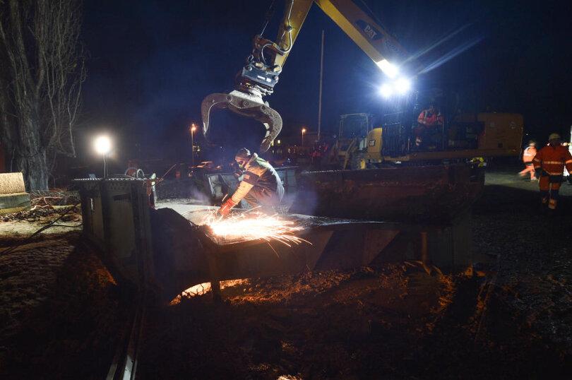 <p>Im Einsatz war ein 500-Tonnen-Kran, der zwei Brückenteile von je 15 Metern, die vorher durch ein thermisches Brennschweißverfahren abgetrennt wurden, an den Haken nahm.</p>