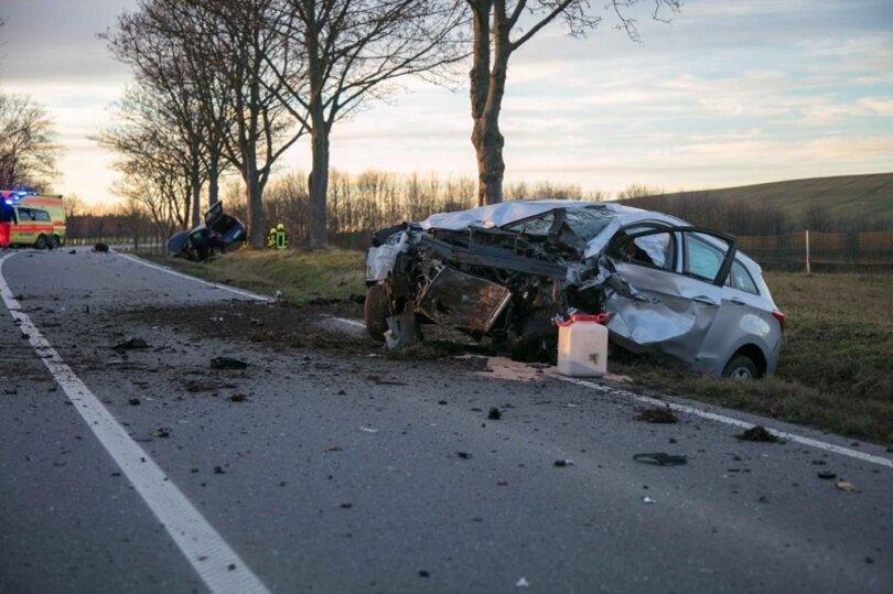 <p>Ersten Polizeiangaben zufolge sind gegen 15.30 Uhr zwei Autos im Gegenverkehr frontal zusammengestoßen.</p>