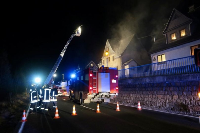 <p>Die Feuerwehren aus Breitenbrunn, Schwarzenberg, Rittersgrün und Antonshöhe rückten zur Talstraße aus, um die Flammen zu löschen.</p>