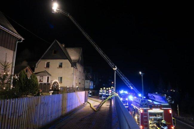 <p>Im Einsatz waren 50 Einsatzkräfte der Feuerwehr, zudem Rettungsdienst, Polizei und der Kreisbrandmeister. Verletzt wurde niemand.</p>