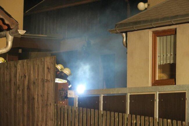 <p>Danach musste das eingelagerte Holz aus dem Raum entfernt werden und das gesamte Haus von der Feuerwehr belüftet werden.</p>