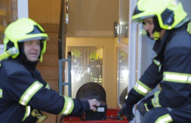 <p>Alarmierte Einsatzkräfte der Feuerwehr rückten mit mehreren Fahrzeugen an und konnten den Brand löschen.</p>