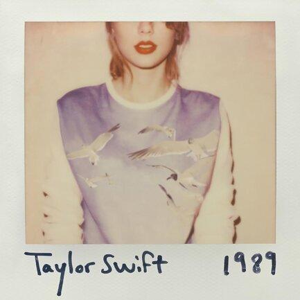 """<p>Taylor Swift - """"1989"""" (2014): """"1989"""" hat Taylor Swifts' Geburtsjahr im Titel – und mit dem Album wandelte sie sich von der süßen Country-Musikerin, die von der neuen amerikanischen Rechten gefeiert wurde, zum Pop-Star, der sich für die Demokraten aussprach. Bubblegum-Pop sagen die einen, perfekte Hits die anderen. Unstrittig: Sie ist mega-erfolgreich und wurde längst zur """"Künstlerin des Jahrzehnts"""" gekürt. (juls)</p>"""