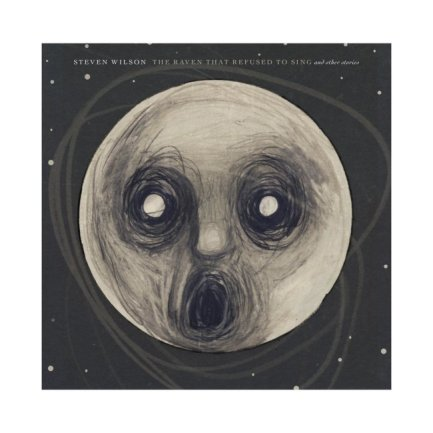 """<p>Steven Wilson - """"The Raven That Refused To Sing"""" (2013): Das Album markiert die Loslösung des Porcupine-Tree-Gründers Steven Wilson von der Band und etablierte ihn als genreübergreifendes Genie. Das Soloalbum handelt inhaltlich von übernatürlichen Phänomenen. Musikalisch umspielen die abwechslungsreichen Prog-Rock-Kompositionen den Hörer, schmeicheln ihm mit warmen Klängen und begeistern, ohne sich anzubiedern. (prü)</p>"""