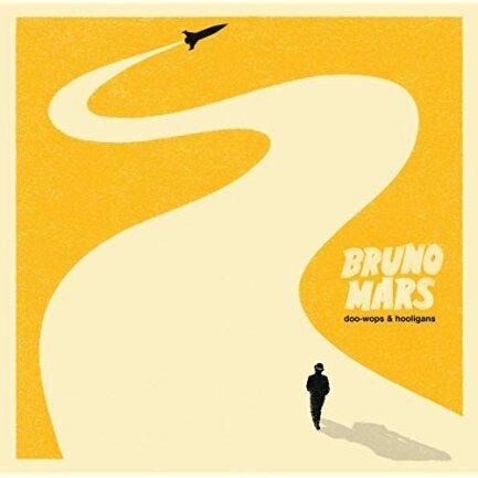 """<p>Bruno Mars - """"Doo-Wops &amp; Hooligans"""" (2010): Noch ist das Dudel-Radio nicht tot. Und wer war in den Zehnern der absolute Oberdudler? Richtig: Auch wer Bruno Mars und sein Erstlingsalbum nicht kennt, kann trotzdem das """"Yeah yeah yeah"""" auf """"Grenade"""" mitsingen, das Hängemattenlied """"Lazy Song"""" mitpfeifen und würde """"Marry You"""" auf jeder Hochzeit vermissen. Ein Reigen unvergesslicher Pop-Perlen! (sest)</p>"""