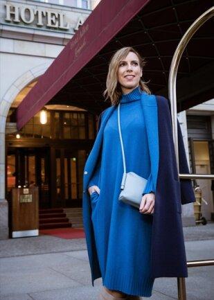 <p>Mode-Bloggerin Alexandra Siedschlag von siebensonnen.de zeigt sich in Entwürfen von Edelziege vor dem Hotel Adlon in Berlin. Das Kaschmir-Kleid mit passendem Wendemantel stammt aus der aktuellen Kollektion. Der edle Mantel kostet rund 1400 Euro.</p>