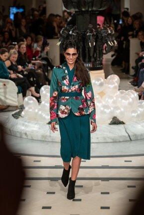 <p>Die Show von Anja Gockel in Kooperation mit Edelziege lief zur Modewoche im Hotel Adlon über die Bühne. Das Model trägt als Hingucker zum Kaschmir-Kleid einen Blazer Marke Gockel.</p>