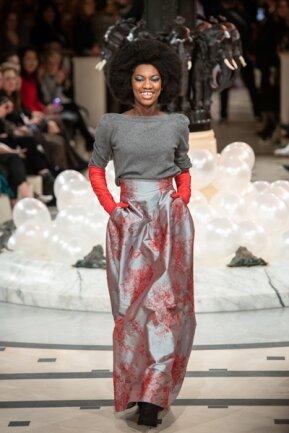 <p>Das Model trägt einen dünnen Kaschmirpulli von Edelziege in Kombination zu einem glänzenden Maxi-Rock von Anja Gockel.</p>