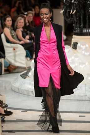"""<p>Ein Strick-Cardigan passt selbst zum aufregendstem Kleid. """"Meine Kaschmir-Teile erden die farbintensiven Entwürfe von Anja Gockel"""", meint Designerin Saruul Fischer.</p>"""