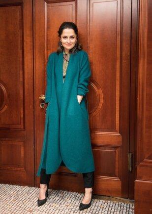 <p>Schauspielerin Sarah Alles – In aller Freundschaft – schwört auf ihren neuen Kaschmir-Mantel.</p>