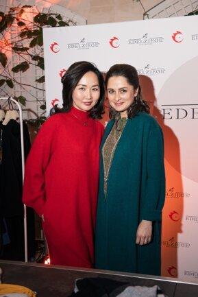 <p>Die Schauspielerin Sarah Alles ist schon länger Kundin von Saruul Fischer (links). Sie kam als Gast zur Show in Berlin.</p>
